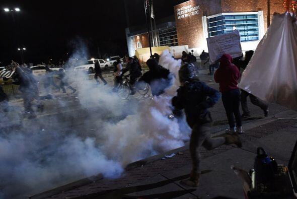 Una imagen de cómo los policías liberaton gas lacrimógeno contra los man...