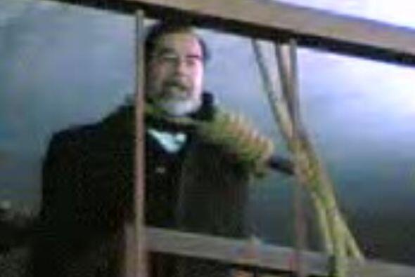 Se dice que Hussein entró con la cabeza cubierta, las manos atadas y tem...