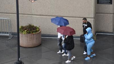 Paraguas, botas e impermeables: la constante este lunes en Chicago por las intensas lluvias