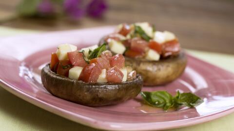 Portobellos a la parrilla rellenos de tomate y mozzarella.