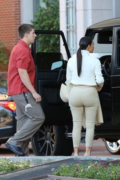 La figura de Kim se ve muy desproporcionada, ¡qué horror! Más videos de...