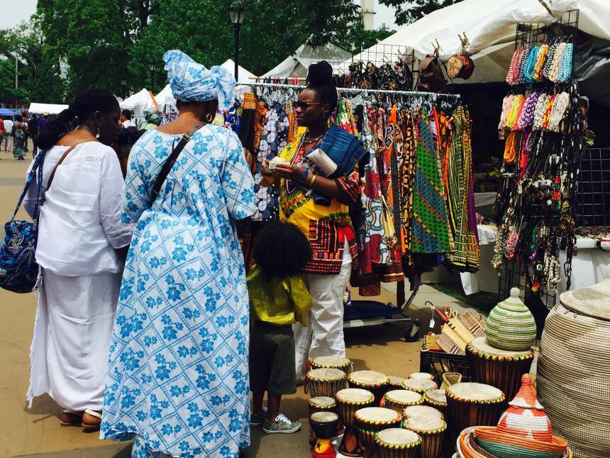 Los comerciantes ofrecen los productos hechos en sus países.