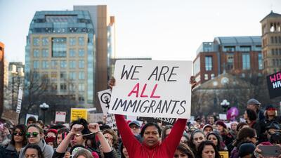 """""""Todos somos inmigrantes"""", se lee en esta pancarta de la prote..."""