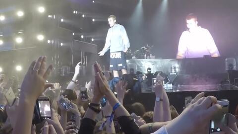 Le lanzan un objeto a Justin Bieber sobre el escenario porque no sabe ca...