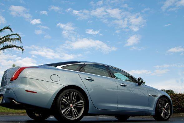 Uno de los autos más elegantes del mundo es sin duda el Jaguar XJ 2011.