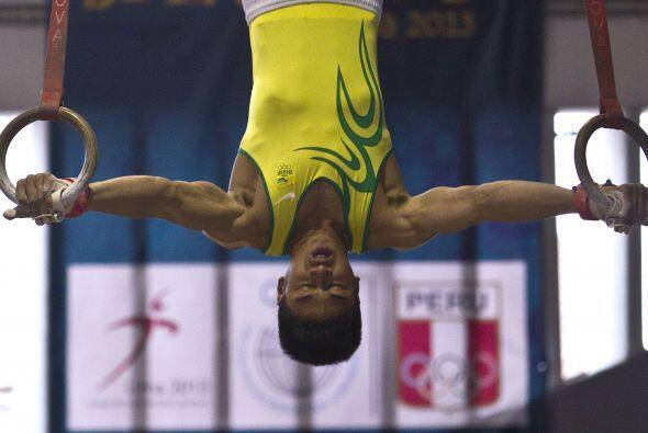 El gimnasta Santos Janic de Brasil compite en la prueba de anillos en lo...