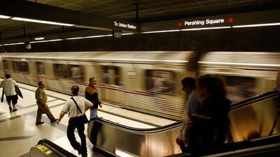 Autoridades implementan detectores de armas en estaciones del metro en Los Ángeles