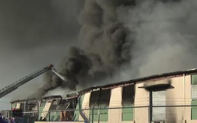 Se registra un incendio en un almacén de neumáticos en Juncos