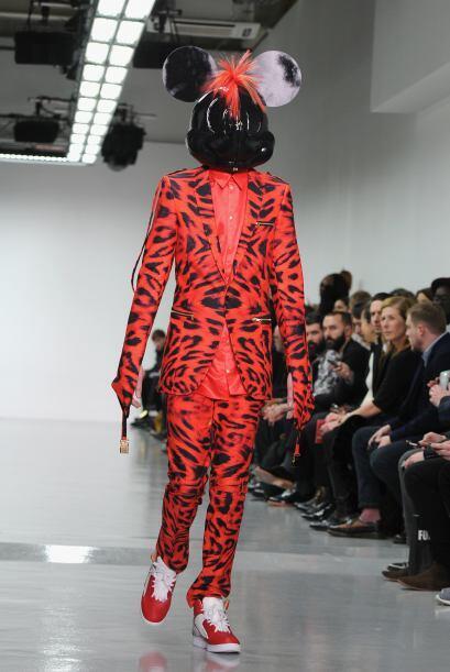El rojo y el negro fueron los protagonistas de esta extraña pasarela.