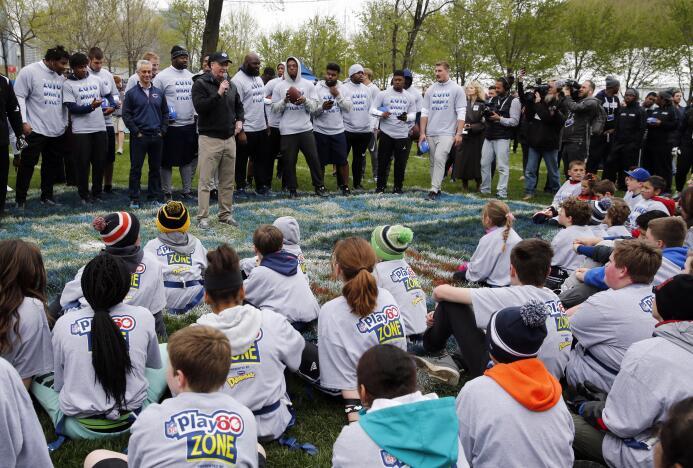 Gran convivencia en el evento NFL Play 60 en el Grant Park de Chicago