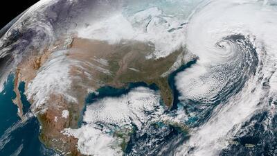 Un remolino de nieve: Así se vio el 'ciclón bomba' desde el espacio (fotos satelitales)