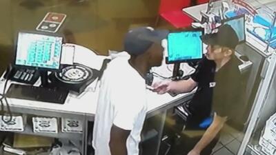 Con furia desmedida, este cliente estalla contra un pizzero porque le entregó una orden equivocada
