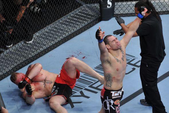 Caín Velásquez destrozó a Brock Lesnar para proclamarse campeón súper pe...