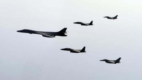 Bombardero B-1B de la fuerza aérea estadounidense escoltados por...