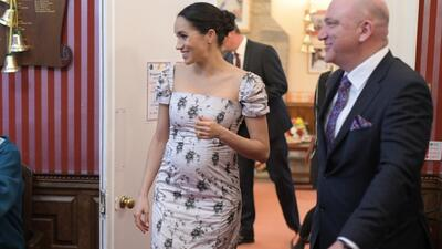 """La broma """"muy embarazada"""" de Meghan Markle en un evento benéfico (sin Harry) donde mostró su avanzada barriga"""