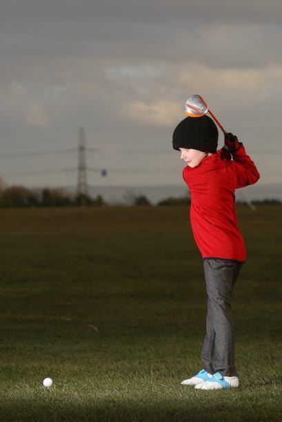A este pequeño lo conocen como el Tiger Woods británico, por sus habilid...