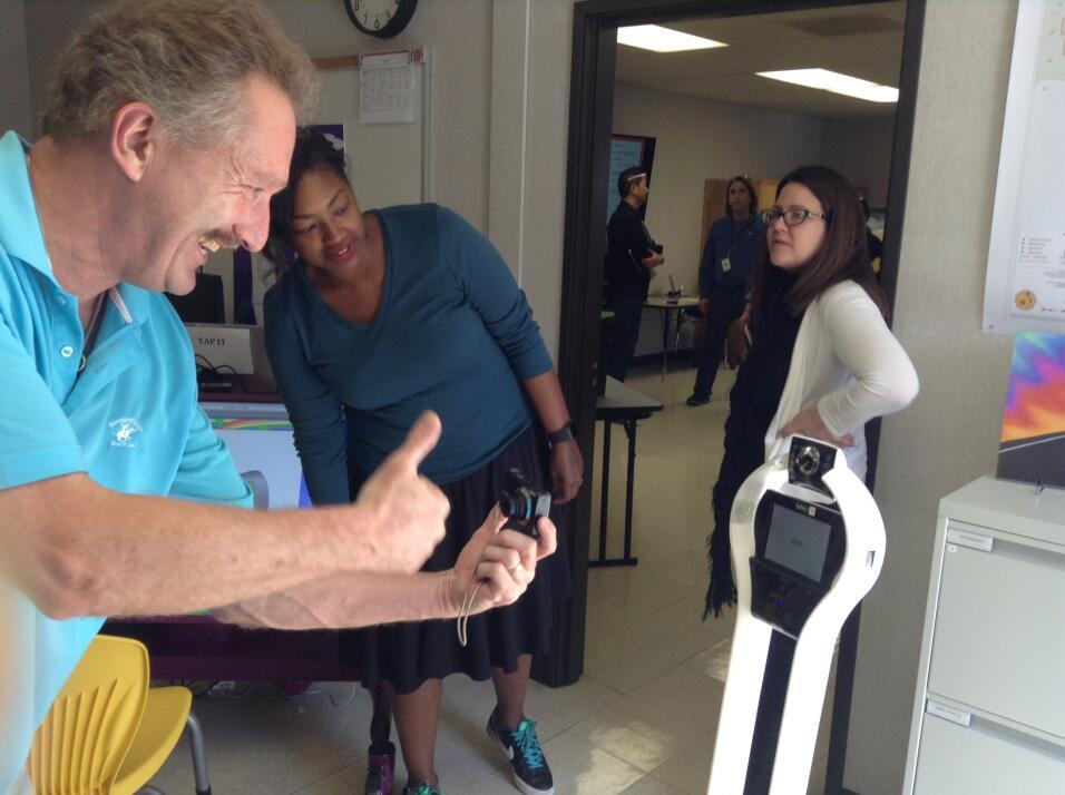 El profesor de Christopher León, Dr. Van Baal, interactúa con el robot VGo