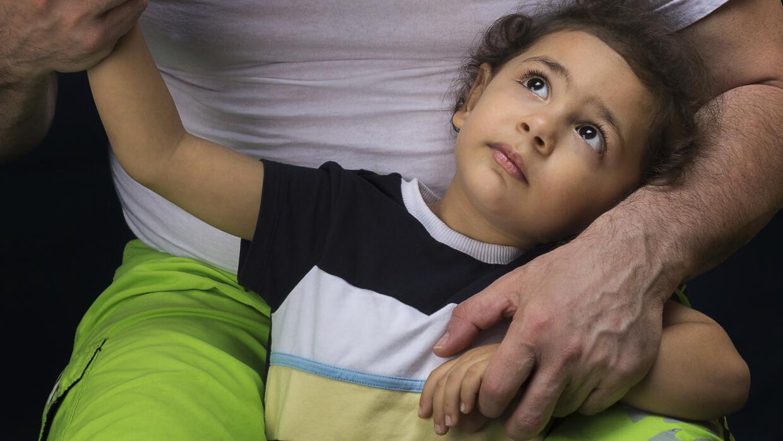 Los 'padres helicópteros' son muy sobreprotectores con sus hijos.