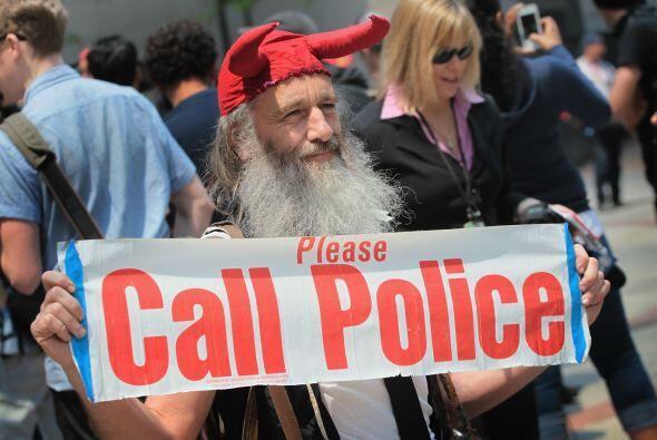Este manifestante pedía que llamaran a la policía.