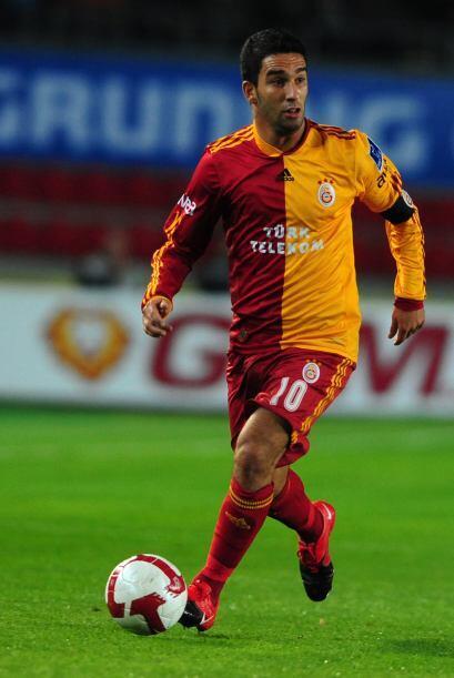 Arda Turan tiene 24 años y es jugador del Galatasaray turco. Tien...