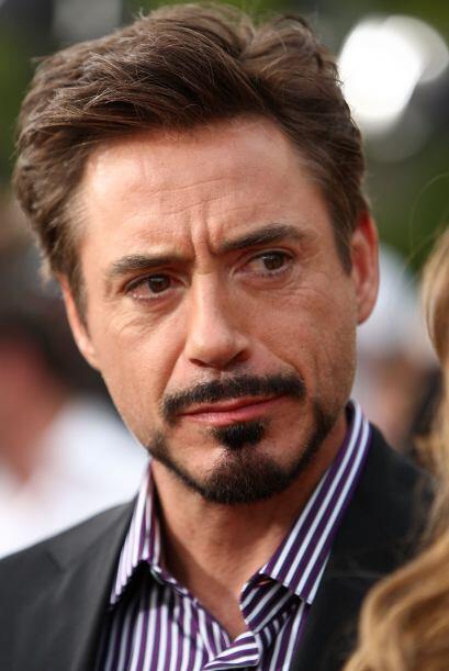 Robert Downey Jr. prefiere lucir un bigote recortado.