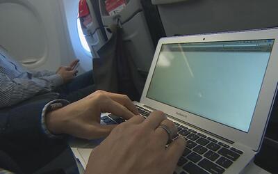 En un minuto: EEUU prohíbe electrónicos mayores en aviones provenientes...