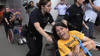 En fotos: la historia de ADAPT, los activistas discapacitados que protestan contra los recortes a Medicaid
