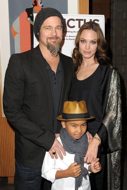 Los famosos con su hijo Maddox en una premiere en diciembre de 2009. Mir...