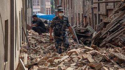 Sobrevivientes salvados de los escombros en Nepal