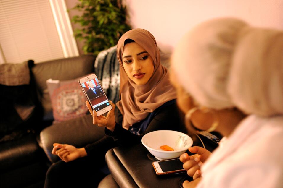 Tasnim Bushra y Lina Mohammed miran el discurso del Estado de la Unión e...