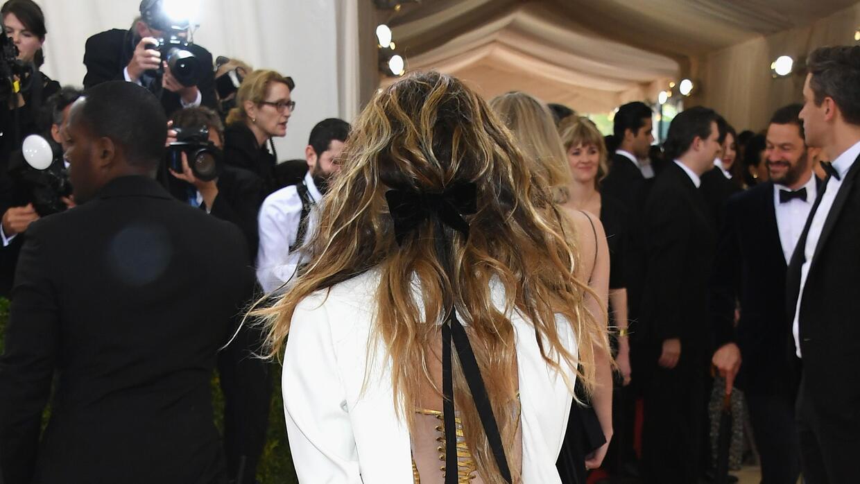 La espalda del vestido invocaba los corsés propios de las mujeres de la...