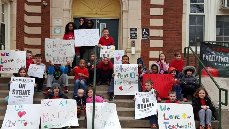 Cientos salen a dar su apoyo a los maestros de Chicago en el llamado Día...