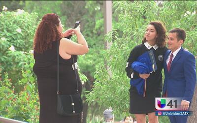 Estudiantes de 'Restauradores de la educación' obtienen su diploma de GED