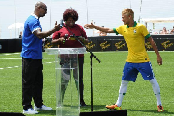 Neymar saludó después a los presentadores del evento.