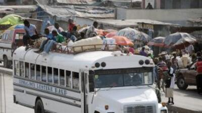 Es común que los autobuses en Haití transporten a un número excesivo de...