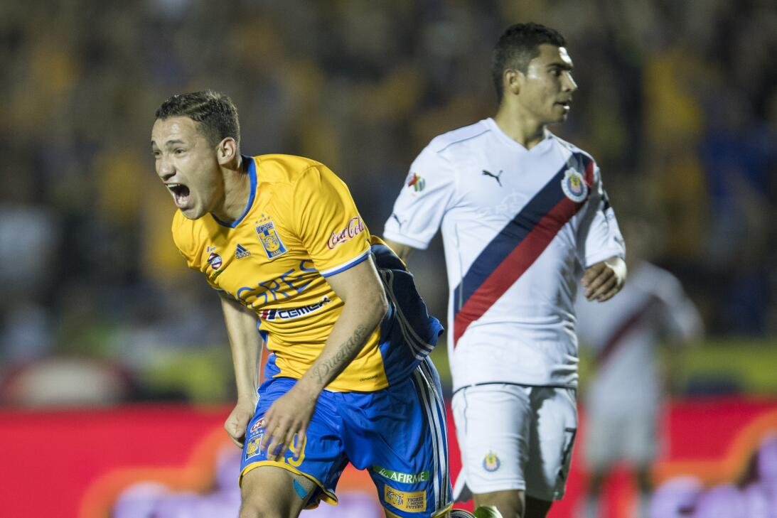Tigres golea a Chivas y los baja de la nube. Jesus Duenas de Tigres cele...