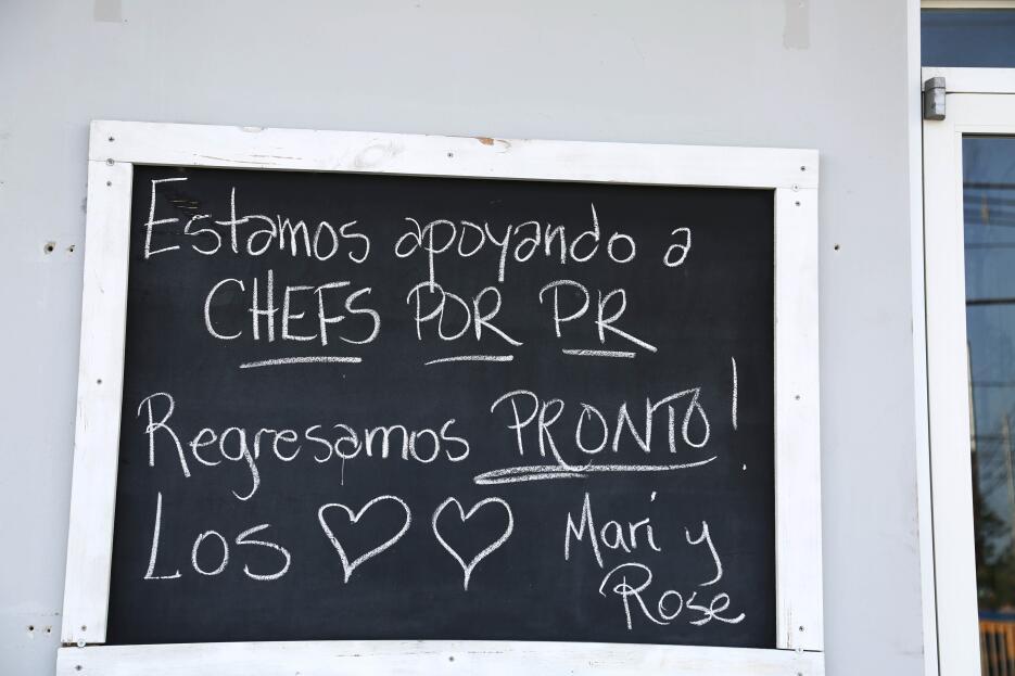 Un cartel en el restaurante Messy Kitchen Goodies, en Fajardo, anuncia q...