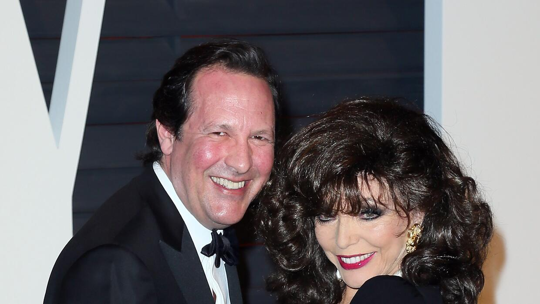 Actriz Joan Collins (D) y su esposo, el actor Percy Gibson en la Vanity...