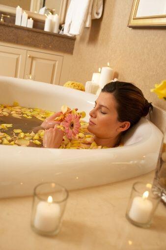 Añade al agua de tu bañera unas gotas de aceites esenciales como el jazm...