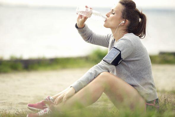No estás tomando suficiente agua:  El agua es un líquido vital para desh...