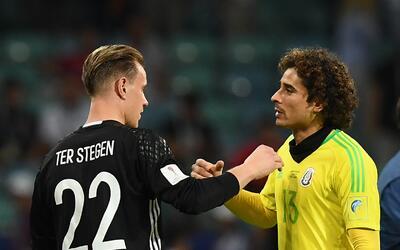 Ter Stegen junto a Guillermo Ochoa en la Copa Confederaciones.