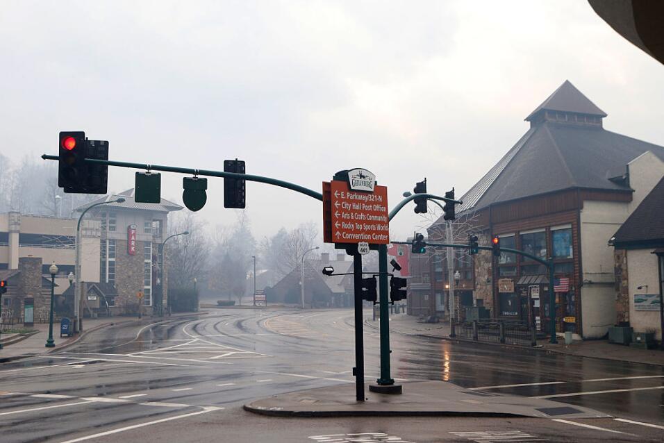 El humo rodea los negocios y calles en Gatlinburg, Tennessee.