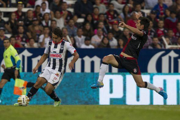 El defensor atlista, Facundo Erpen, intenta detener el centro de Omar Ar...