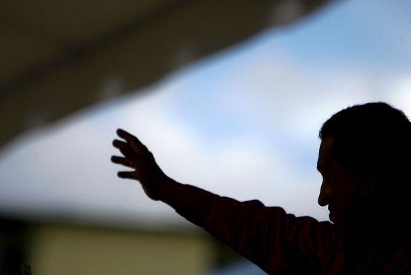 Chávez sigue gobernando y ahora intenta recomponer las relaciones con Co...