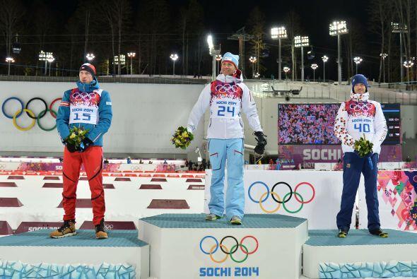 Con 40 años, Björndalen capturó el oro en la prueba sprint de biatlón, e...