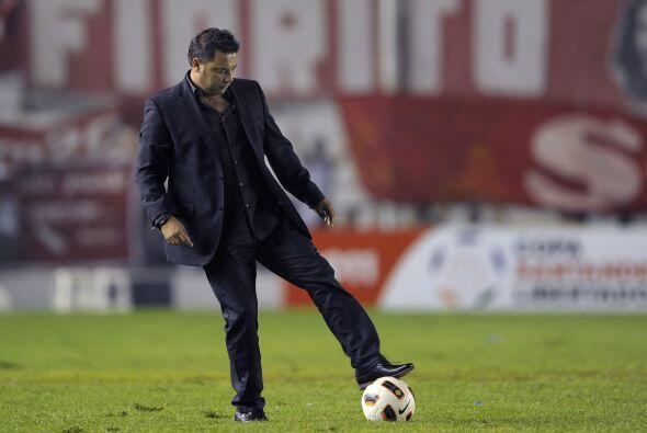 Antonio Mohamed, técnico de Independiente, pisando el balón como en sus...
