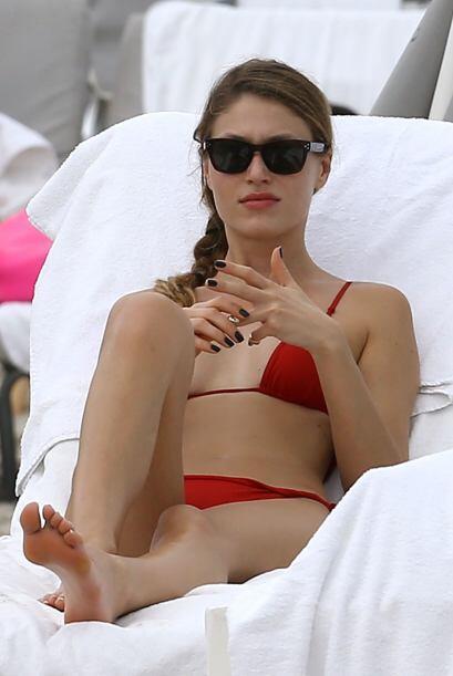 La bella modelo se asoleó en Miami con este bikini rojo. Mira aquí los v...
