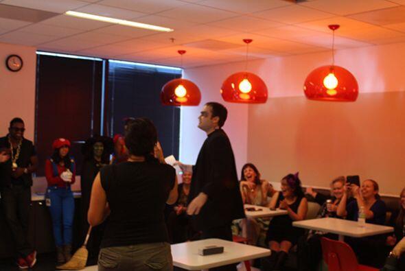 Con todo el espíritu lleno de Halloween, los empleados de Univision Radi...