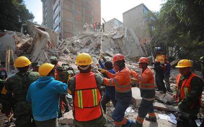 Labores de rescate este miércoles en uno de los edificios destrui...