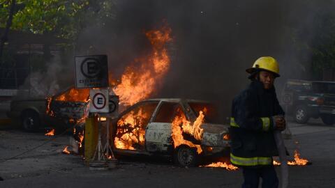 Un grupo de bomberos trabaja para apagar el fuego en trabaja para apagar...